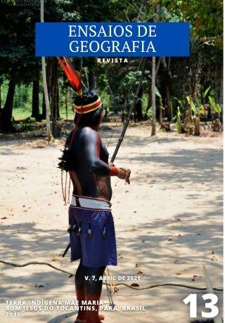 Guerreiro do povo indígena Gavião Kyikatejê segurando arco e flecha nas mãos